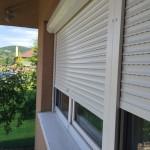 Biele vonkajšie plastové rolety na okne rodinného domu
